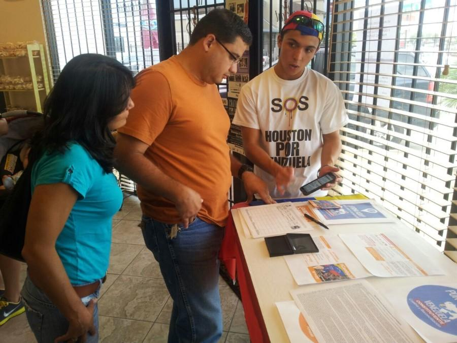 Galipoli discusses Voluntad Popular with prospective members.